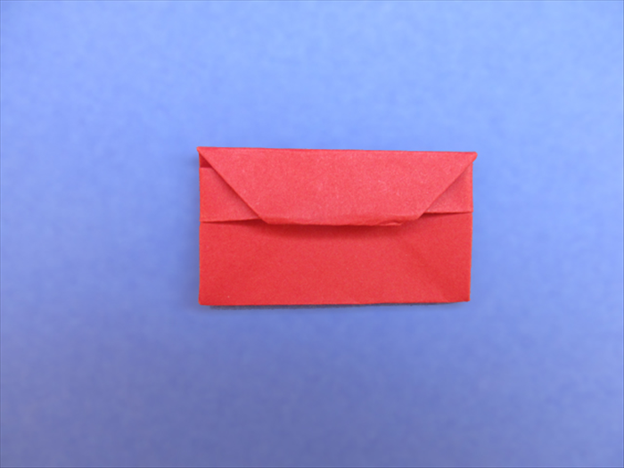 <p> Tuck the tip under the layer and your origami purse is finished!</p>