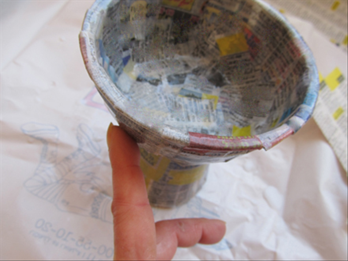 Cover the whole vase with a layer of strips and smooth them out with your finger,