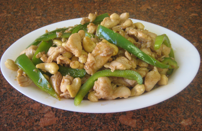 Ingredients: 1 chicken breast cut into cubes 1 teaspoon salt 1 teaspoon cornstarch 1 clove garlic crushed 1 green pepper cut into strips 1 teaspoon vinegar ½ cup unsalted  toasted cashews  2 tablespoons soy sauce 1 tablespoon sugar 2 tablespoons vinegar ½ teaspoon salt